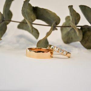 Kultaiset sormukset. Toisessa timantteja ja toinen ilman kivi