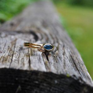 Keltakultainen sormus, jossa on markiisin muotoinen sininen safiiri